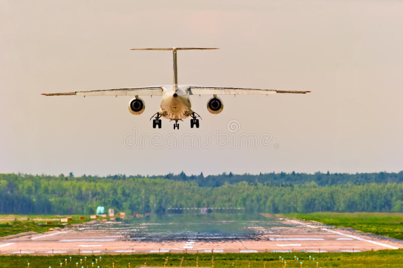 Abreise von einem Flughafenflugzeug lizenzfreie stockbilder