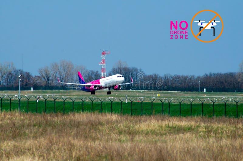 Abreiseflugzeug entfernen an Streifen und keinen Brummenzonenaufkleber stockbilder
