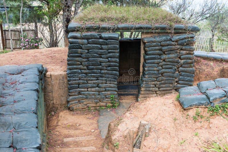 abri de ciment avec le sac de sable photo stock image du pierre montagne 69006998. Black Bedroom Furniture Sets. Home Design Ideas