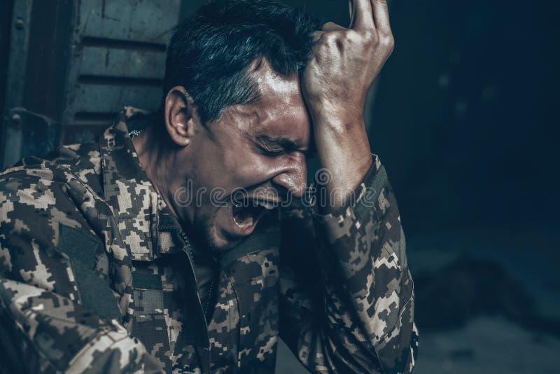 Abri de guerre d'Is Sitting In de soldat avec la cigarette images libres de droits