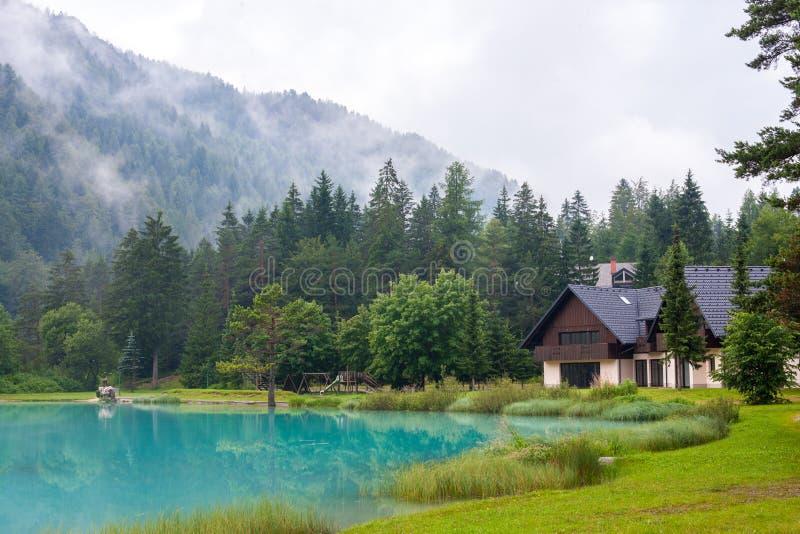 Abri de montagne par le lac, Golico - Slovénie. photos stock