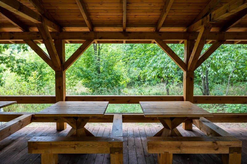 Abri en bois avec des Tableaux en parc photographie stock