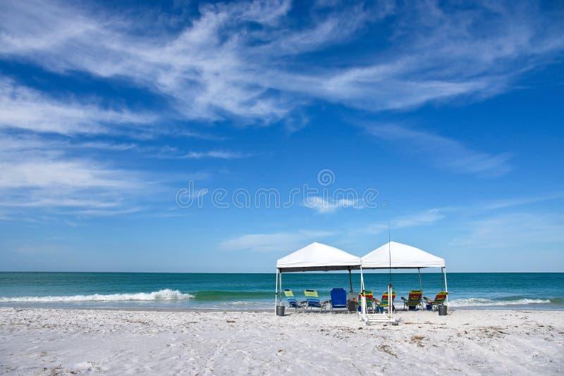 Abri et chaises de plage photos stock