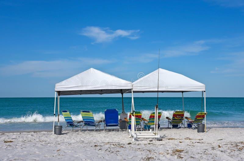 Abri et chaises de plage images libres de droits
