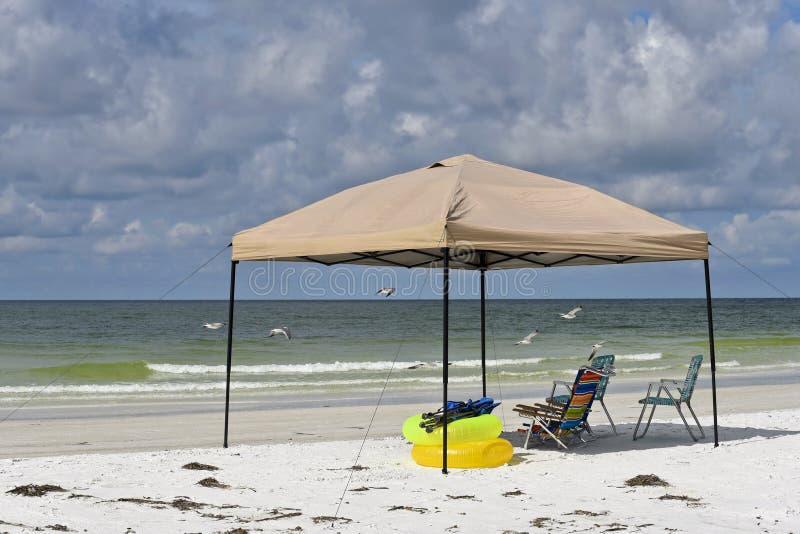 Abri et chaises portatifs de plage photo libre de droits