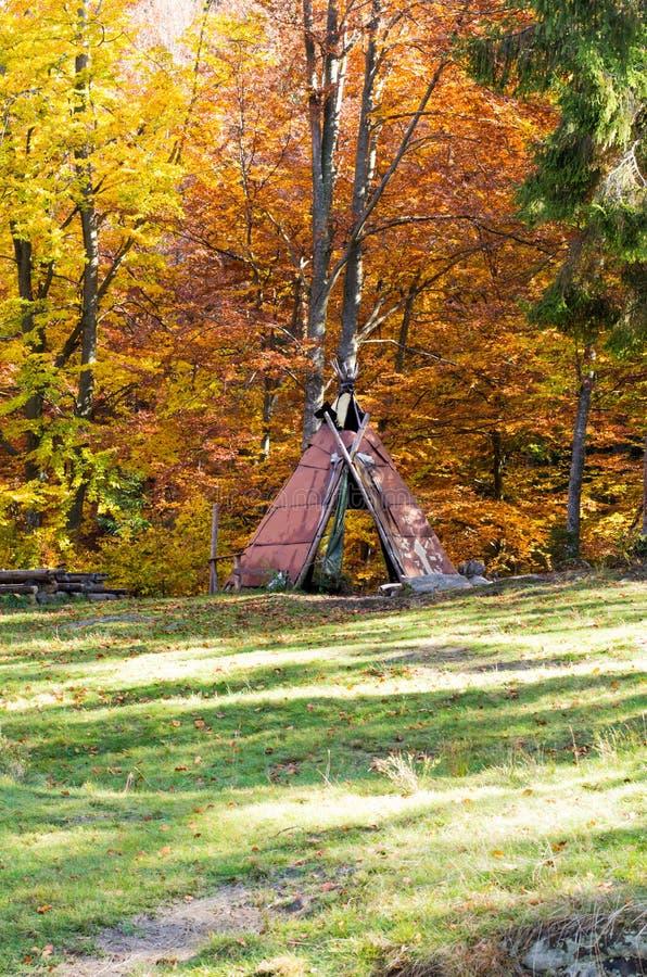 Abri fait maison de la pluie Belvédère fait maison Abri dans la forêt images stock