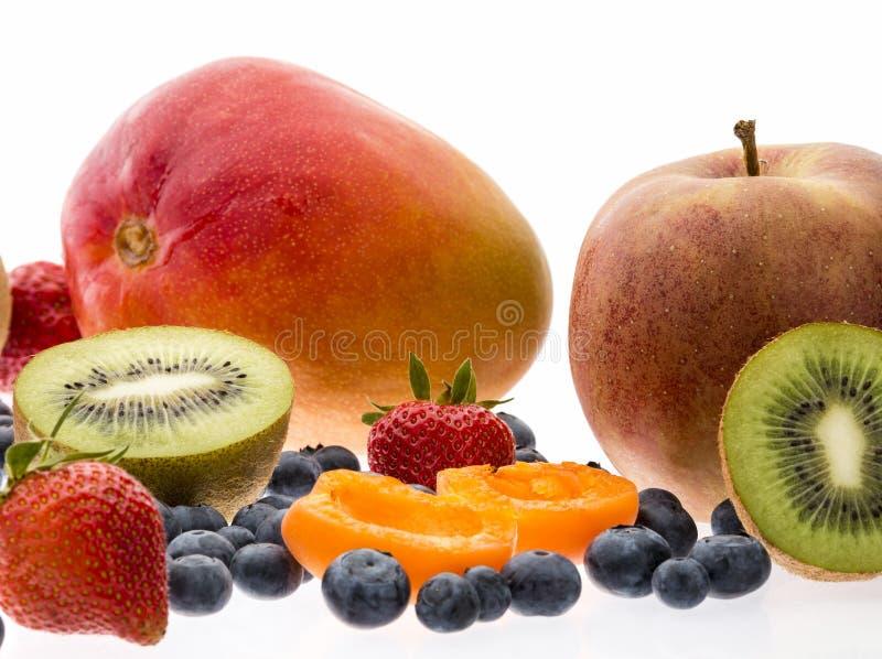 Abricó e Kiwi Fruit On White Background partidos ao meio imagens de stock royalty free
