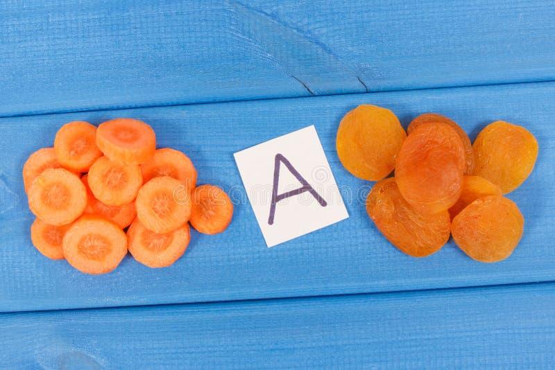 Abricó secado e cenoura como a vitamina A da fonte, os minerais e a fibra fotografia de stock