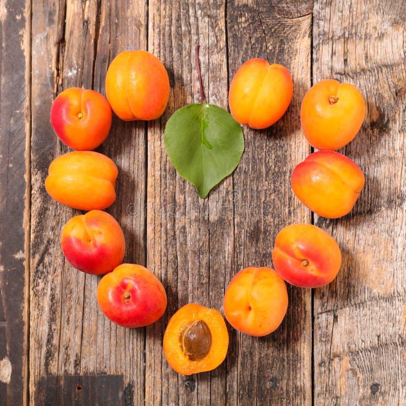 Abricot de forme de coeur photos stock