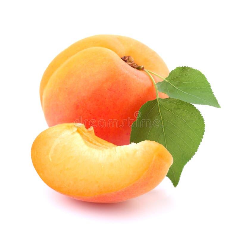 Abricot mûr avec la feuille photographie stock