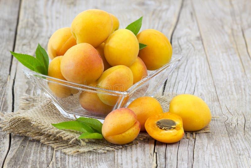 Abricots frais dans une cuvette images libres de droits