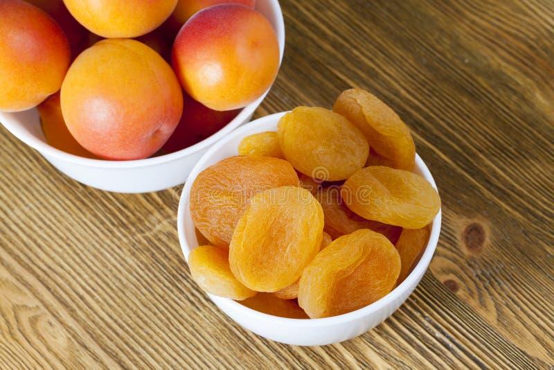 abricots frais et secs photographie stock libre de droits