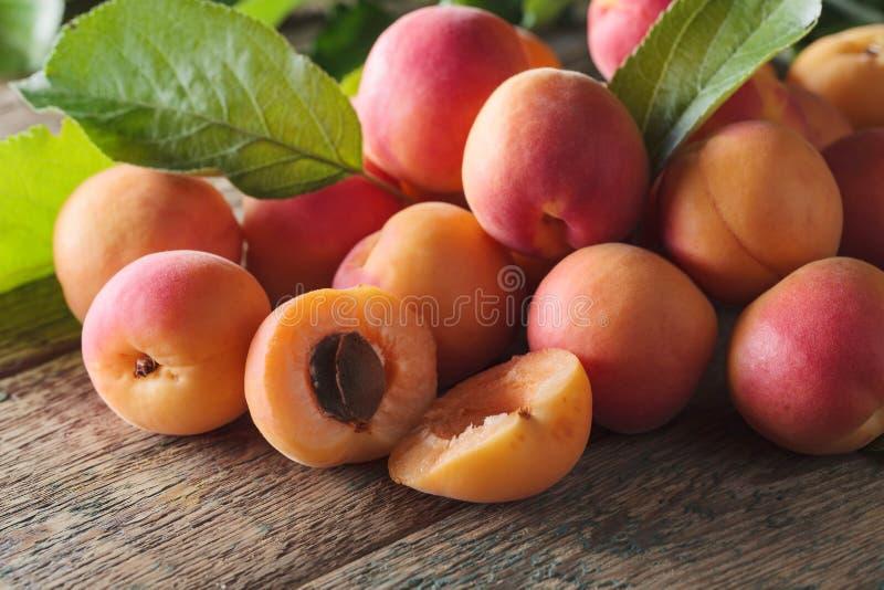 Abricots frais juteux photographie stock