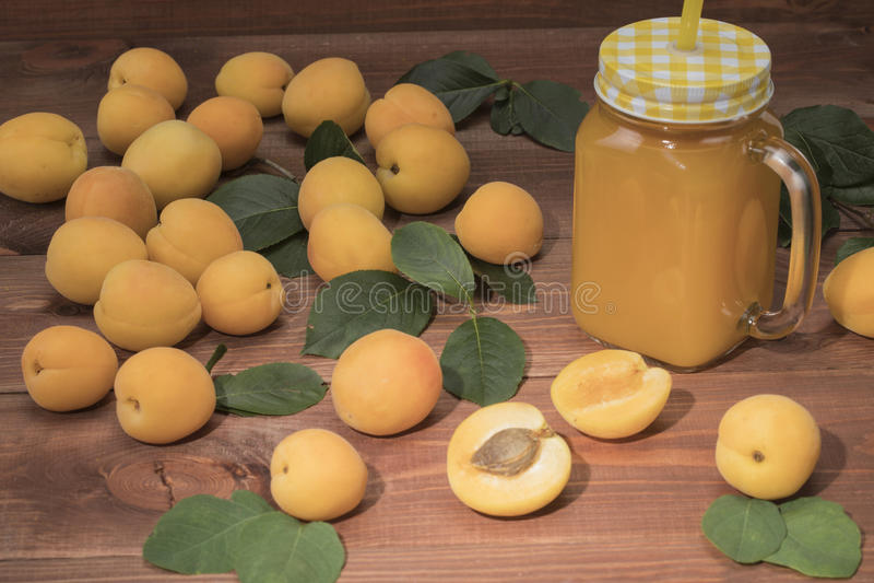 Abricots frais sur une table en bois avec un panier photos libres de droits