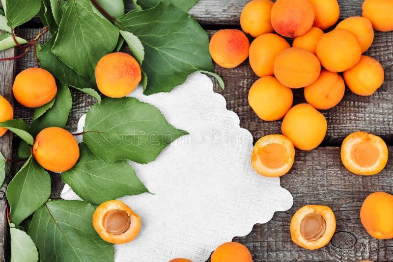 Abricots mûrs délicieux sur une table en bois rustique Fruits crus sur le fond en bois approximatif Nourriture v?g?tarienne Vue d photo libre de droits
