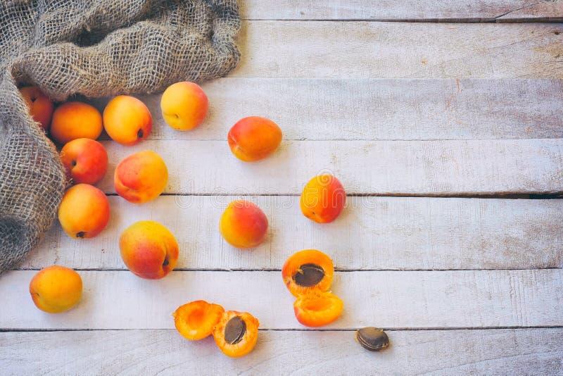 Abricots mûrs sur la table, sac rugueux à toile de jute, vue supérieure photo libre de droits