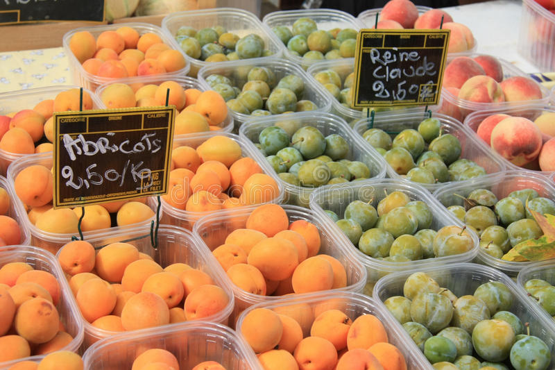Abricots, pêches et plombs photo stock