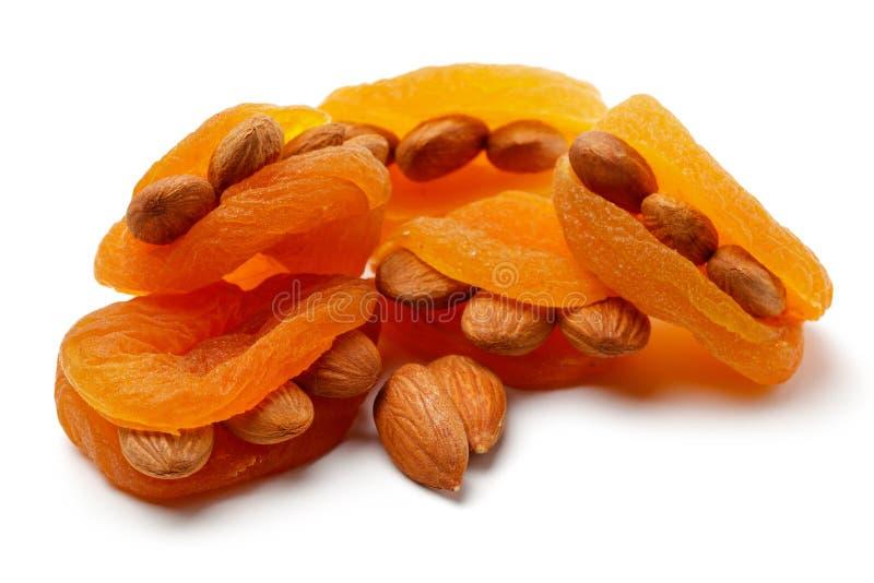 Abricots secs avec des amandes d'isolement photo libre de droits
