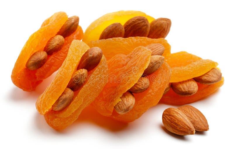 Abricots secs avec des amandes d'isolement photos stock