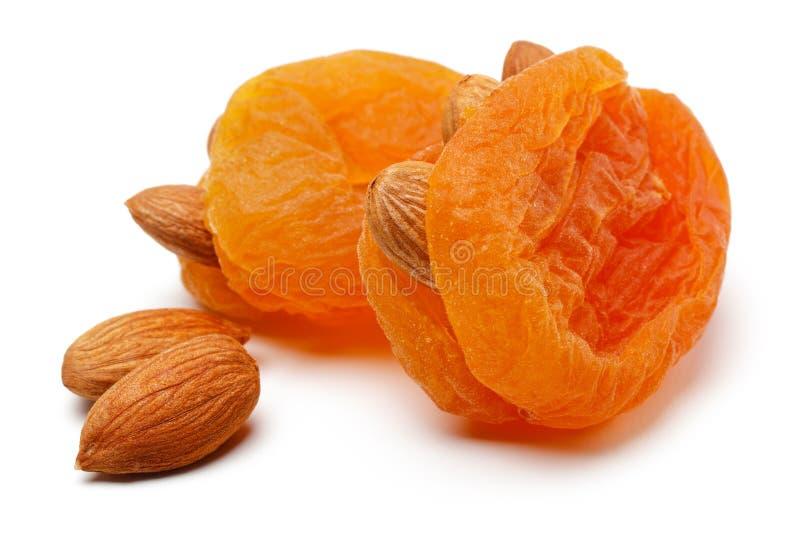Abricots secs avec des amandes d'isolement photographie stock