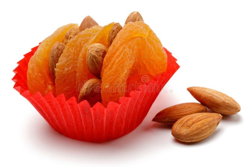 Abricots secs avec des amandes d'isolement image stock