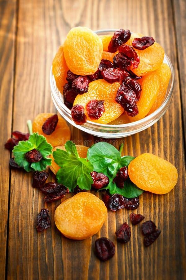 Abricots secs dans la cuvette photographie stock