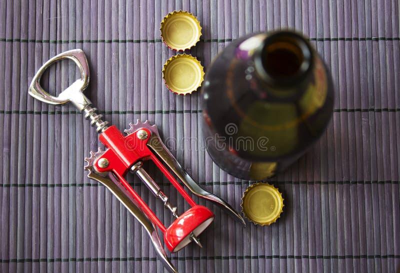 Abridor da bebida da cerveja e do tampão imagens de stock royalty free