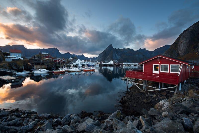 Abrigúese con los barcos de pesca en el pueblo pesquero tradicional de Hamn foto de archivo libre de regalías
