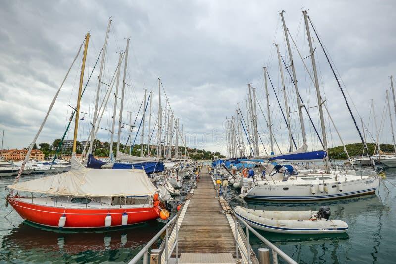 Abrigúese con los yates de la ciudad costera Vrsar, Croacia Vrsar - ciudad antigua hermosa, yates y mar adriático imagen de archivo