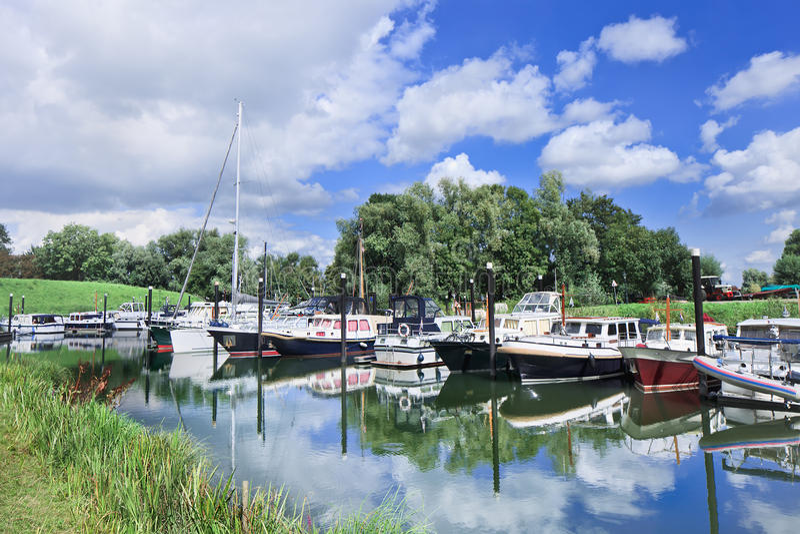 Abrigúese con los yates en un ambiente verde, Woudrichem, los Países Bajos imagen de archivo