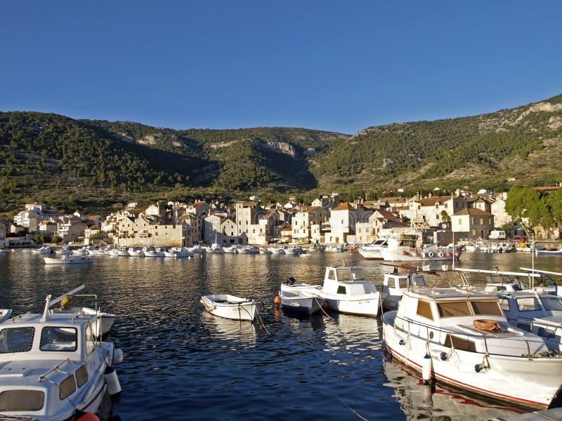 Abrigúese en Komiza, fuerza de la isla, Croacia imagenes de archivo
