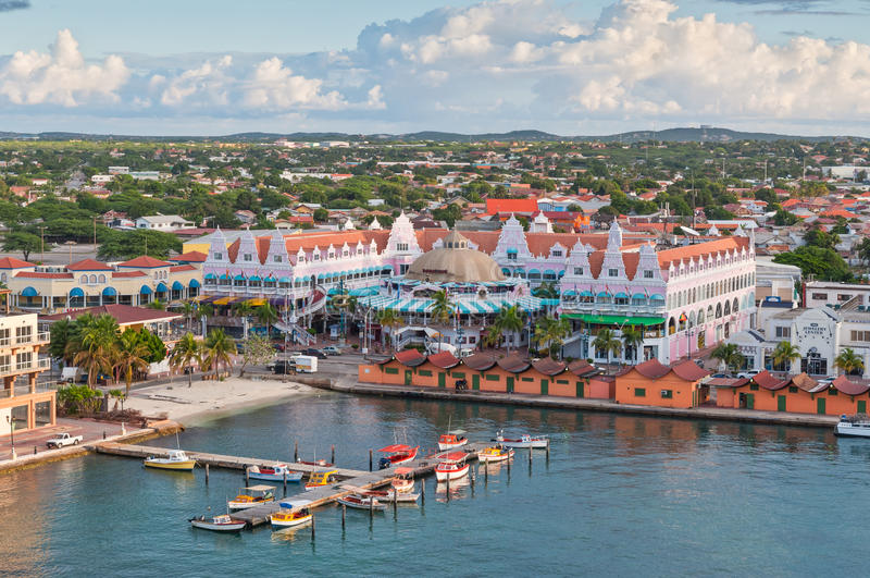 Abrigúese en Oranjestad en el sol de la mañana, Aruba fotos de archivo