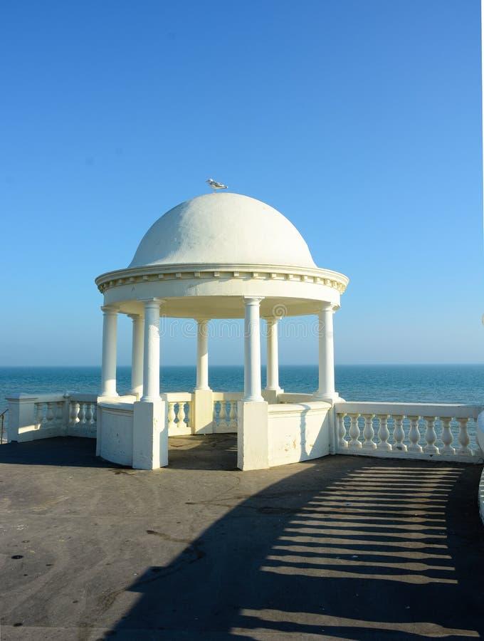 Abrigo com o telhado abobadado que negligencia o mar Bexhill, Sussex, Reino Unido fotografia de stock royalty free