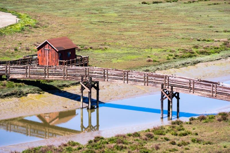 Abrigo da ponte de madeira e do piquenique, reserva natural de Don Edwards, área do leste de Fremont, San Francisco Bay, Califó fotos de stock
