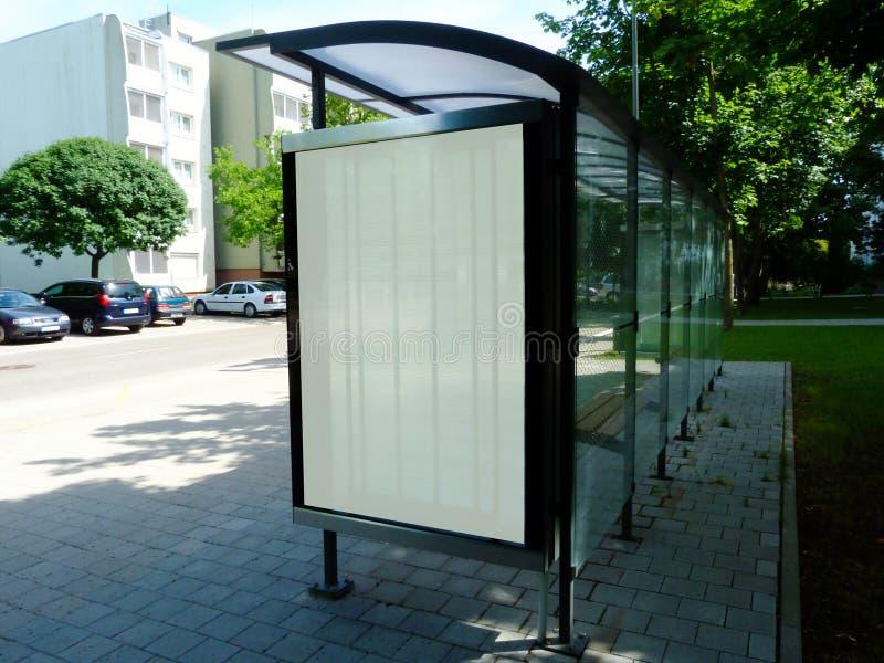 Abrigo de ônibus da estrutura de vidro & de alumínio dentro parque-como o ajuste com área vazia do anúncio do cartaz fotografia de stock royalty free