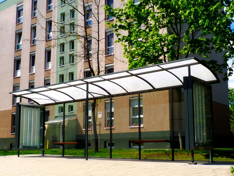 Abrigo de ?nibus da estrutura de vidro e de alum?nio dentro parque-como o ajuste foto de stock