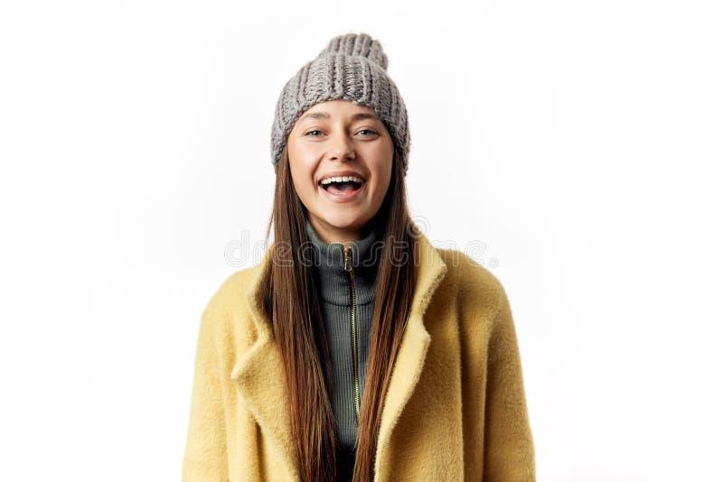 Abrigo de invierno que lleva de la mujer joven aislado sobre el fondo blanco fotografía de archivo libre de regalías