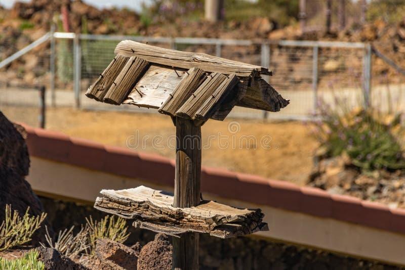 Abrigo de madeira do pássaro velho com o telhado com necessidade do reparo Visitante e centro de informações turísticas Parque na foto de stock royalty free