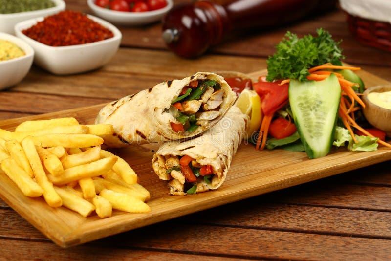 Abrigo de Shawarma con el pollo, las fritadas y las salmueras fotos de archivo