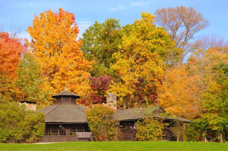 Abrigo do parque no outono imagens de stock
