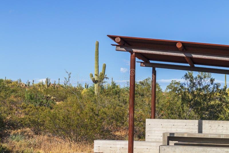 Abrigo ou Ramads da cor da oxidação com cenário do deserto no fundo fotos de stock