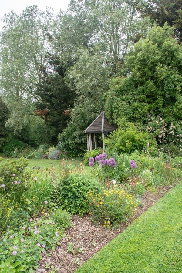 Abrigo pequeno do jardim no fundo do jardim inglês imagem de stock