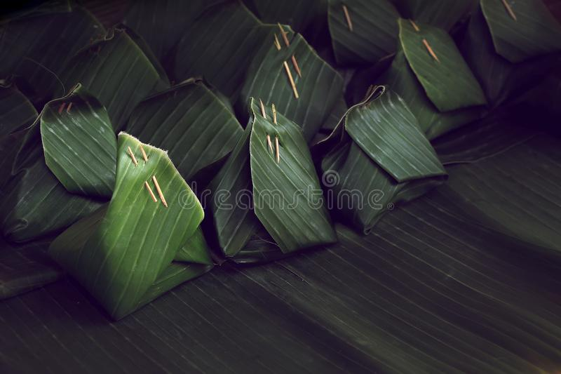 Abrigo verde de la hoja del plátano, fondo tailandés del paquete del postre de la pocilga imagen de archivo libre de regalías