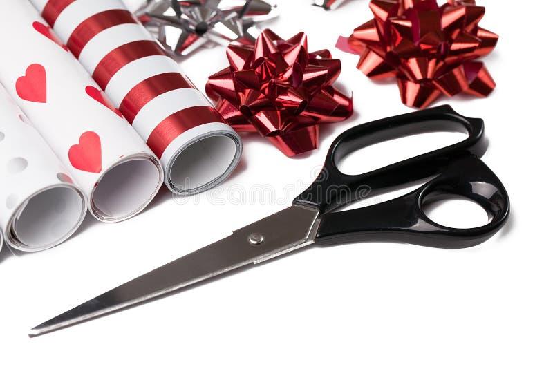 Abrigo y tijeras de regalo foto de archivo