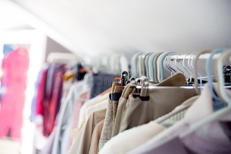 Abrigos de invierno de la moda colgados en un estante de la ropa fotos de archivo libres de regalías