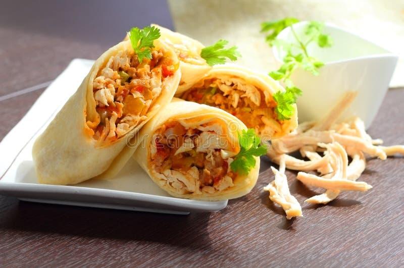Abrigos de los Burritos con el pollo y las verduras imagen de archivo libre de regalías