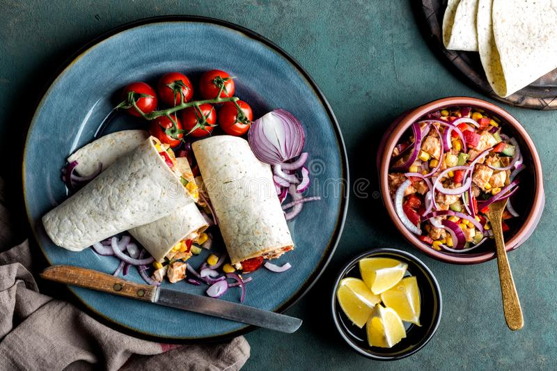 Abrigos de los Burritos con la carne y las verduras, cocina mexicana tradicional del pollo foto de archivo libre de regalías
