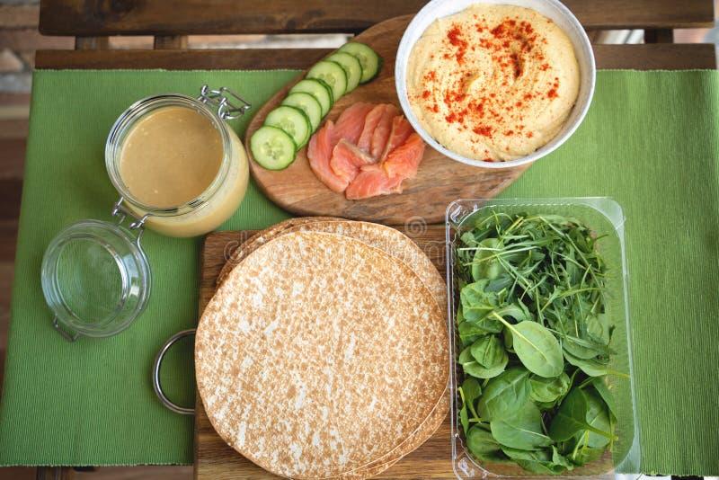 Abrigos sanos con los salmones y los garbanzos para el almuerzo Amor para un concepto sano de la comida fotografía de archivo libre de regalías