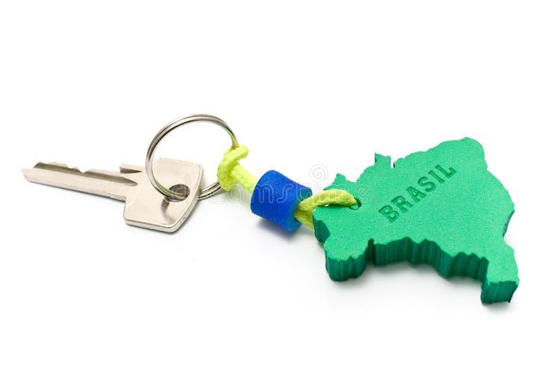 Abrigue a chave com o Tag no formulário da beira de Brasil foto de stock royalty free