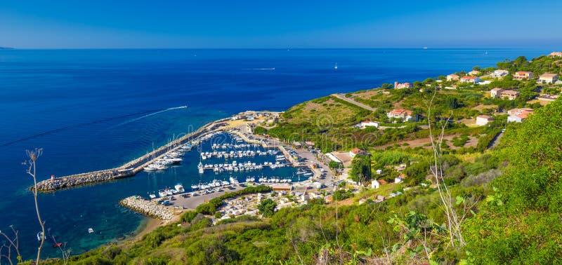 Abrigue com os iate na cidade de Cargese na estrada D81 na ilha de Córsega imagens de stock